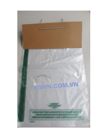 Plastic wicket bag with metal strip